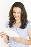 Mooie vrouw die een brief lezen royalty-vrije stock afbeeldingen