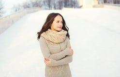 Mooie vrouw die een gebreide sweater in openlucht in de winter dragen royalty-vrije stock afbeeldingen