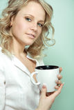 Mooie vrouw die een kop thee of een koffie houdt Stock Foto's