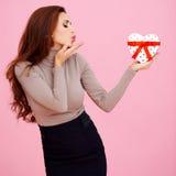 Mooie vrouw die een kus blazen Royalty-vrije Stock Foto's