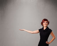 Mooie vrouw die een lege exemplaarruimte voorstellen royalty-vrije stock foto's