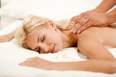 Mooie vrouw die een massage krijgt Royalty-vrije Stock Afbeeldingen