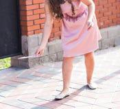 Mooie vrouw die een pijl houden richtend aan haar royalty-vrije stock foto's