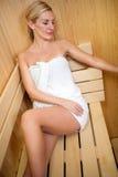 Mooie vrouw die een sauna ontspant royalty-vrije stock afbeelding