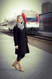 Mooie vrouw die een trein waitting stock foto's