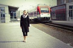 Mooie vrouw die een trein waitting royalty-vrije stock foto