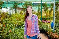 Mooie vrouw die in een tuin ligt Royalty-vrije Stock Afbeelding