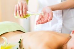 Vrouw die wellness achtermassage in kuuroord hebben Stock Foto's
