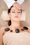 Mooie vrouw die een wellness hoofdmassage hebben bij kuuroordsalon Stock Afbeeldingen