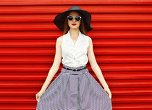 Mooie vrouw die een zwarte strohoed, zonnebril dragen Royalty-vrije Stock Fotografie