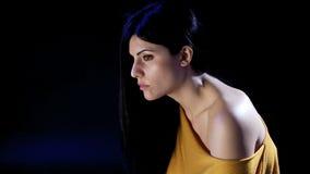 Mooie vrouw die eenzaam en droevig voelen stock footage