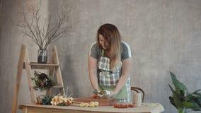 Mooie vrouw die eetbaar boeket maken op workshop stock footage