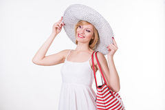 Mooie vrouw die in elegante hoed rode witte gestripte zak houden De glimlachende Vrouw van de Manier Royalty-vrije Stock Fotografie