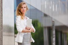 Mooie vrouw die elektronisch lusje gebruiken Stock Foto