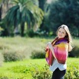 Mooie vrouw die en in een park ontspannen glimlachen Stock Afbeelding