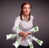 Mooie vrouw die en geld bevinden zich werpen Stock Fotografie