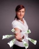 Mooie vrouw die en geld bevinden zich werpen Stock Foto