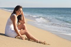 Mooie vrouw die en op het overzees denken letten Stock Fotografie