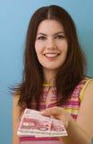 Mooie vrouw die geld geeft stock fotografie