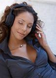 Mooie vrouw die gesloten muziek van ogen geniet Royalty-vrije Stock Afbeeldingen
