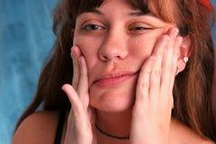 Mooie vrouw die gezicht vervormt royalty-vrije stock fotografie