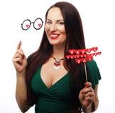 Mooie vrouw die groene het document van de kledingsholding harten dragen Royalty-vrije Stock Foto