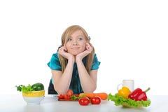 Mooie vrouw die groenten voorbereidt Stock Foto's