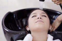 Mooie vrouw die haar haar gewassen krijgt Stock Afbeelding