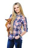 Mooie vrouw die haar houdt weinig puppy stellen geïsoleerd op whit Stock Foto's