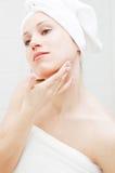 Mooie vrouw die haar huid behandelt Stock Afbeeldingen
