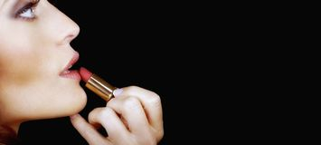Mooie Vrouw die haar make-up doen Stock Afbeeldingen