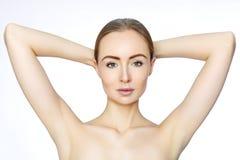 Mooie vrouw die haar wapens met schone underarms houden Epilation vlotte huid Haarverwijdering op wapens stock afbeelding