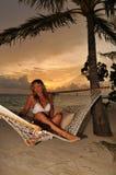 Mooie vrouw die in hangmat ligt Royalty-vrije Stock Foto's