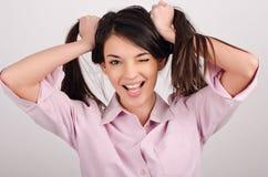 Meisje die houdend haar haar lachen. Royalty-vrije Stock Afbeeldingen