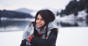 Mooie vrouw die het bevriezen buiten in het midden van de winterdag krijgen, close-up van de camera is zij zeer gelukkig stock footage