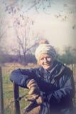 Mooie vrouw die in het platteland opstappen Royalty-vrije Stock Afbeelding