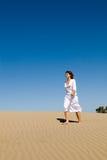 Mooie vrouw die in het zand loopt Royalty-vrije Stock Afbeelding