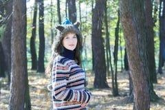 Mooie vrouw die hoed van bont de dierlijke oren en gebreide wollige sweater dragen Stock Foto's