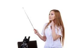 Mooie vrouw die iets wetenschapslaboratorium tonen Stock Foto