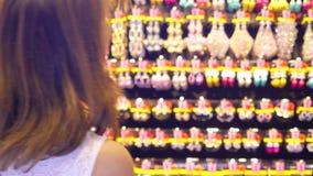 Mooie vrouw die juwelen op showcase bekijken Jonge dame die bijouterie in wandelgalerij genieten van 3840x2160, 4K stock footage