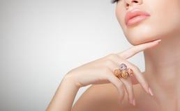 Mooie vrouw die juwelen, schoon beeld draagt Royalty-vrije Stock Afbeelding