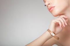 Mooie vrouw die juwelen, schoon beeld draagt Royalty-vrije Stock Afbeeldingen