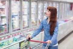 Mooie vrouw die kruidenierswinkel het winkelen doen royalty-vrije stock afbeeldingen
