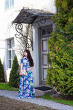 Mooie vrouw die in lange kleding in oude stad lopen Stock Foto's
