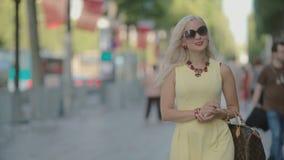 Mooie vrouw die langs de straat gaan stock videobeelden