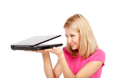 Mooie vrouw die laptop bekijkt Stock Fotografie