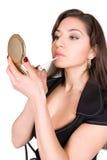 Mooie vrouw die lippenstift toepast Royalty-vrije Stock Afbeeldingen