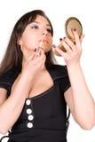 Mooie vrouw die lippenstift toepast Royalty-vrije Stock Foto