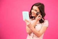 Mooie vrouw die make-up maken Royalty-vrije Stock Foto's
