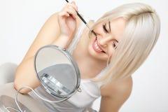 Mooie Vrouw die Mascara op Wimpers toepassen. Oogmake-up Royalty-vrije Stock Afbeeldingen
